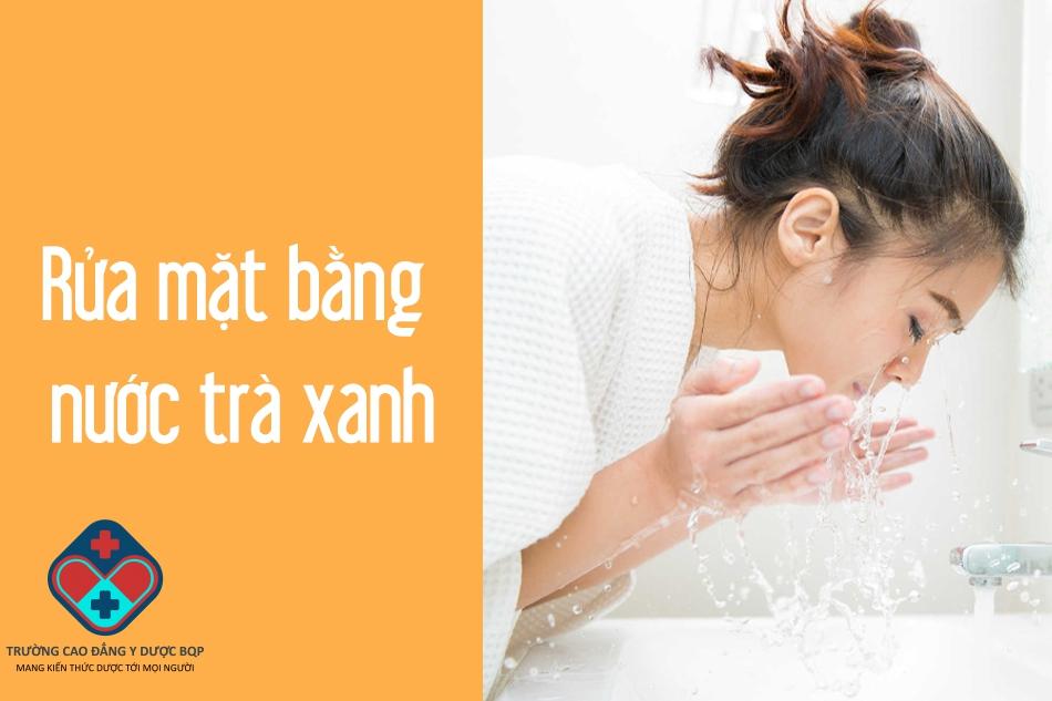 Rửa mặt bằng nước trà xanh để trị mụn